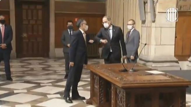 El president de la Generalitat tras la toma de posesión de cargo del conseller de Empresa, Ramon Tremosa.