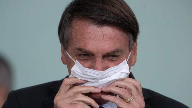 El presidente de Brasil, Jair Bolsonaro, con mascarilla por el coronavirus, en el Palacio do Planalto, en Brasilia.