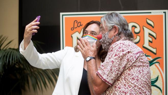 La alcaldesa de Barcelona, Ada Colau, se hace un selfi con el pallaso Tortell Poltrona, que será el pregonero de la Mercè 2020.