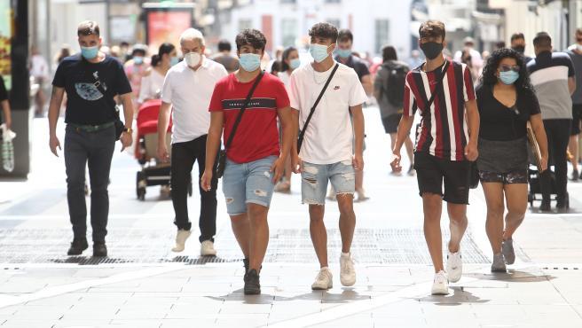 Un grupo de personas caminan por la calle Preciados, en Madrid.