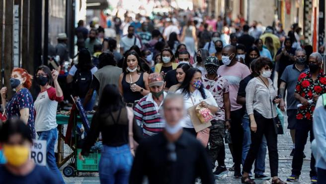 Personas con mascarillas por el coronavirus, en el centro de Sao Paulo, Brasil.