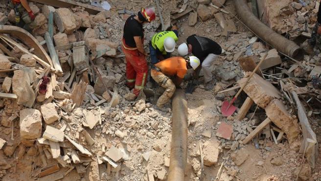 Los equipos de rescate siguen buscando supervivientes bajo los escombros de Beirut (Líbano).