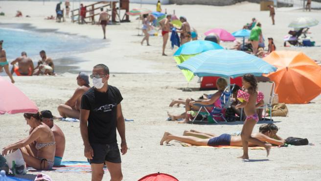 Image of a man with a mask on a Canarian beach.