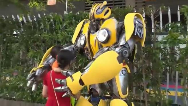 Zhang con el disfraz del personaje favorito de su hijo junto a su familia a las puertas de la escuela.