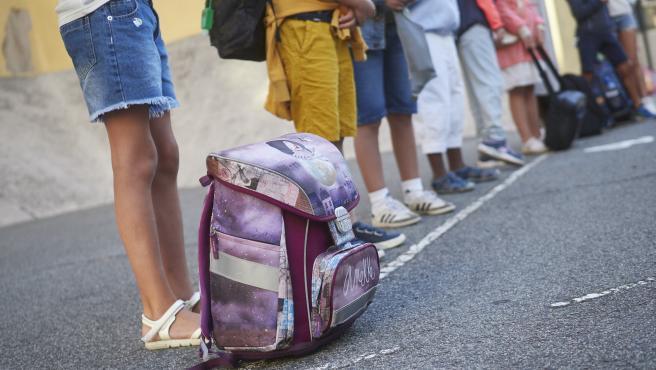 Varios niños guardan la distancia de seguridad en el Colegio Público Víctor Pradera en Pamplona el primer día del curso escolar 2020-2021.