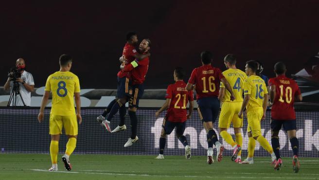 Sergio Ramos y Ansu Fati celebran el 1-0 en el España-Ucrania