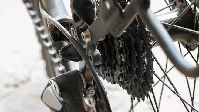 La cadena de la bicicleta necesita ser engrasada para funcionar correctamente.