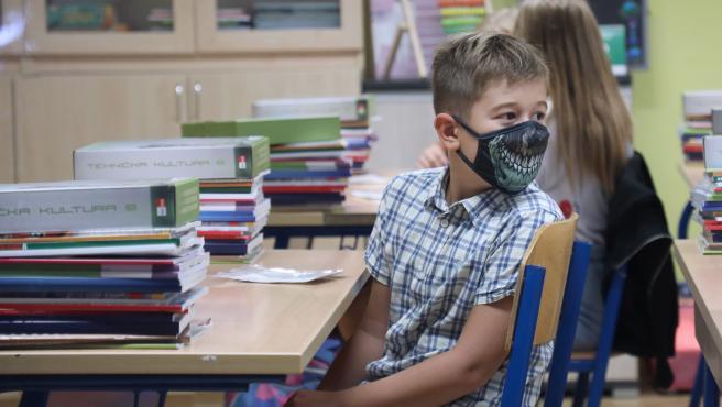 Una de las normas de obligado cumplimiento en casi todos los países es que los escolares lleven mascarilla en clase. En la imagen, un niño cubre parte de su rostro con un modelo terrorífico, en un colegio de Zagreb (Croacia).