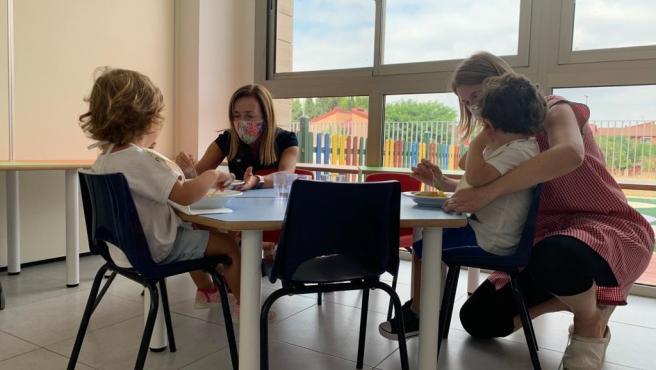 La concejala de Educación y Escuelas Infantiles del Ayuntamiento de Murcia, Belén López, ha visitado la escuela infantil El Lugarico, en El Palmar, en el primer día del curso escolar