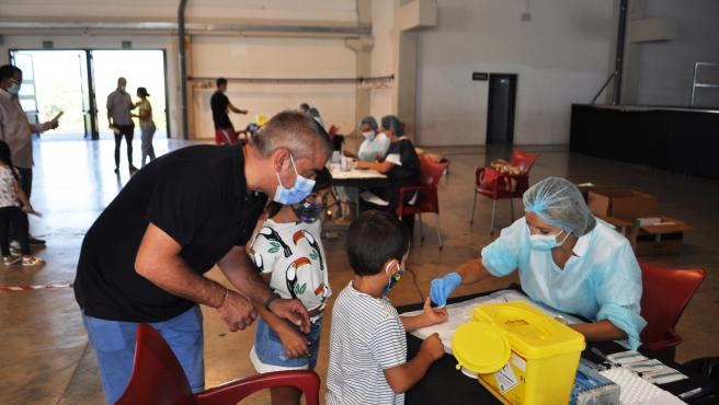 Un niño se realiza un test serológico en Sant Joan de Moró (Castellón). Ninguno de los 575 escolares de la localidad ha dado positivo en coronavirus, tras analizar los resultados de la prueba.