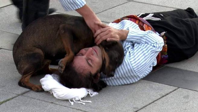 El perro ayudando al actor.