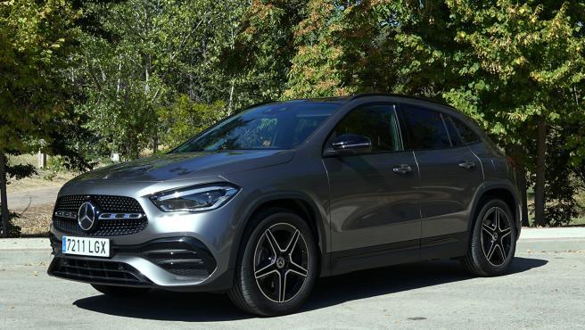 El nuevo GLA de Mercedes es más alto y mejora en su estilo. Del frontal destaca la parrilla con la única barra central y el gran logo de la estrella en el centro.