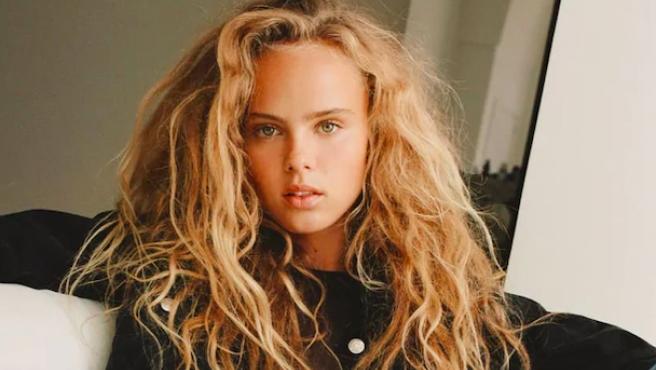 Modelo de Zara con el pelo encrespado.