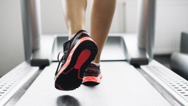 Estbalecer una rutina diaria para correr o andar en casa tiene grandes beneficios para la salud.
