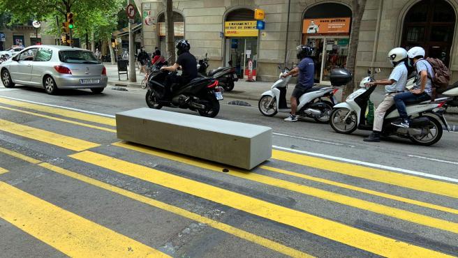 Uno de los bloques de hormigón en la calzada de la calle Consell de Cent de Barceloma.