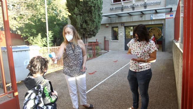 Toma de temperatura el primer día de clase en el colegio Nuestra Señora de la Concepción de Madrid.