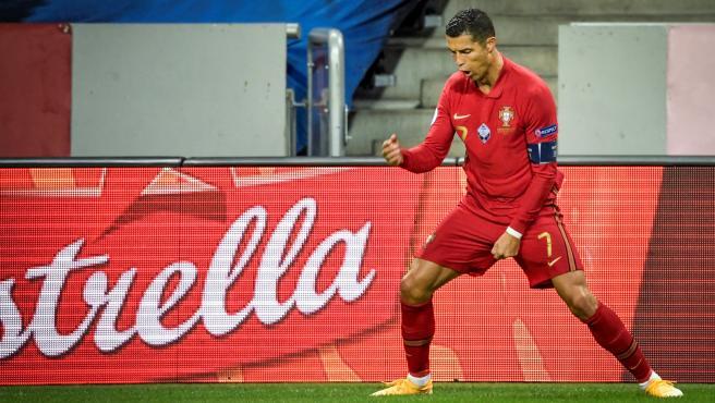 Ronaldo celebra uno de sus goles a Suecia.