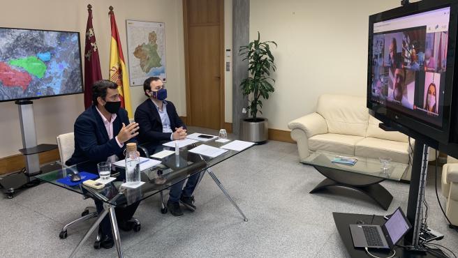 El consejero de Fomento e Infraestructuras, José Ramón Díez de Revenga, acompañado por el director general de Territorio y Arquitectura, Jaime Pérez Zulueta, durante el encuentro telemático