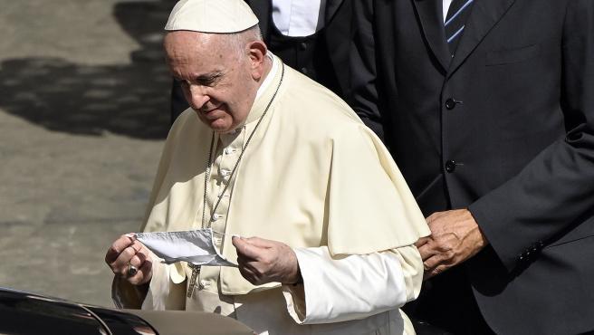 El papa se pone la mascarilla.