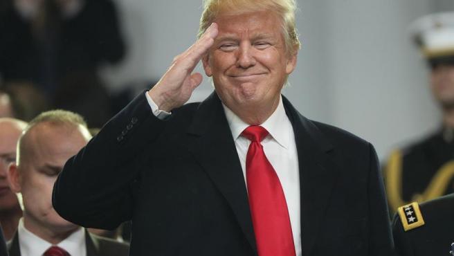 El Presidente de los Estados Unidos, Donald J. Trump, saluda desde el estrado durante el Desfile Inaugural después de haber jurado como el 45º Presidente de los Estados Unidos en Washington, el 20 de enero de 2017.