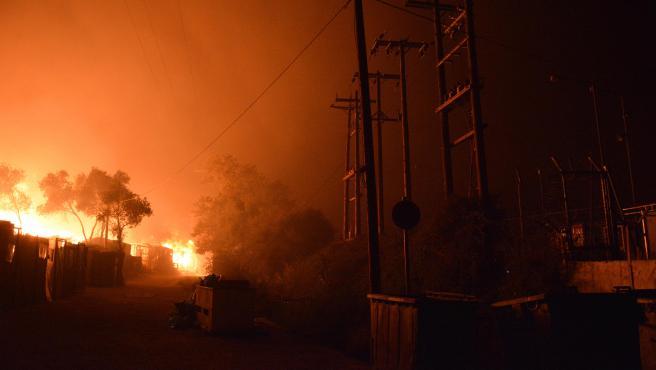 Las llamas arrasan el campamento de refugiados de Moria en la isla de Lesbos, Grecia.