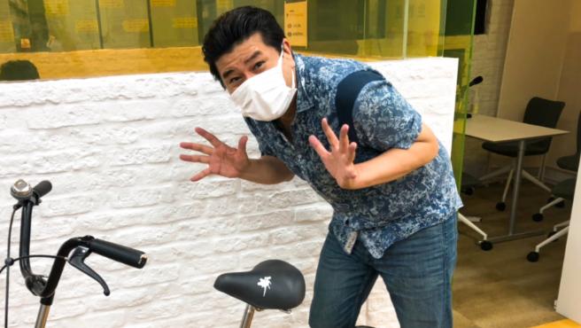 Motoki Reoga, el japonés que ha diseñado las pegatinas con forma de caca de pájaro.