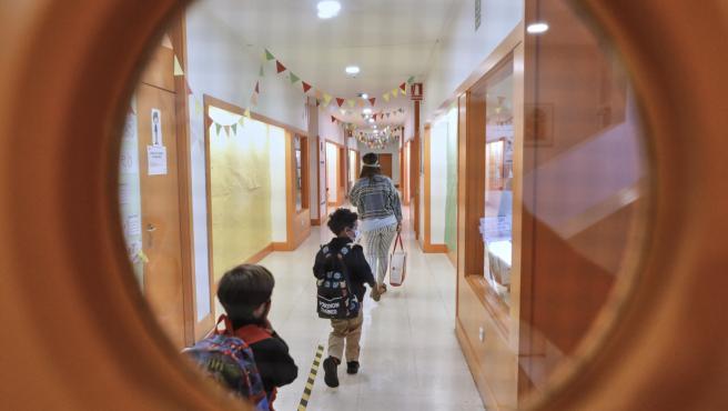 Niños en el hall del Colegio Privado Alameda de Osuna en el primer día del curso escolar 2020-2021, en Madrid (España) a 7 de septiembre de 2020.