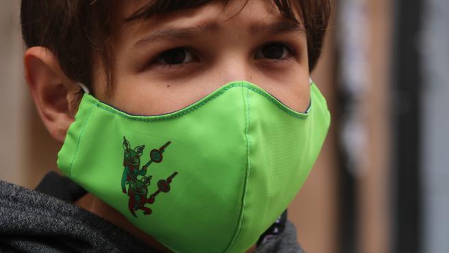 Un niño con mascarilla.