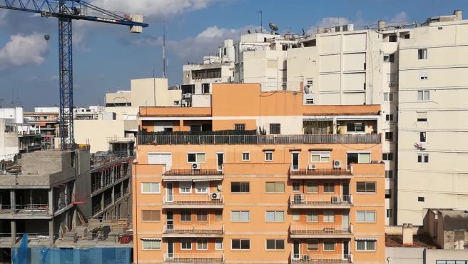 Una construcción junto a un bloque de pisos.