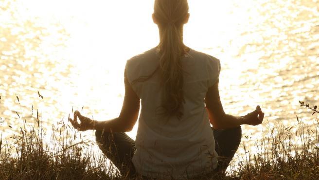 Una mujer meditando.