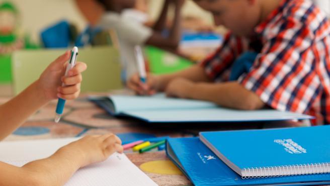 Alumnos de familias vulnerables con el kit escolar de Fundación La Caixa.