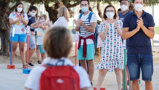 El profesorado del CEIP Tomás Ybarra de Tomares (Sevilla) recibe a sus alumnos con un aplauso.
