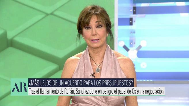 La presentadora Ana Rosa Quintana aparece con el pelo recogido en Telecinco.