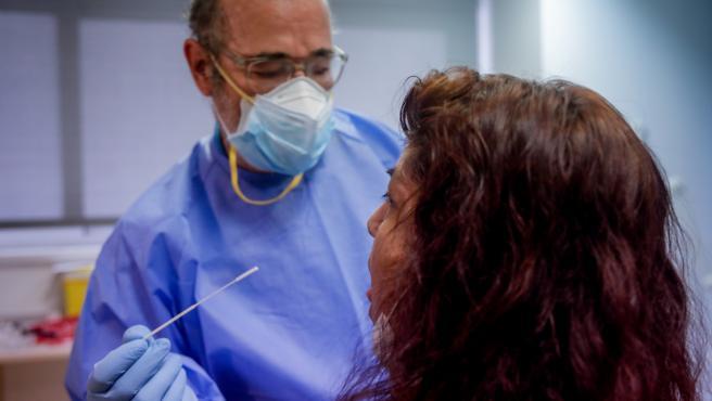 Un trabajador sanitario realiza una prueba PCR a una de las personas que ha acudido durante la jornada de hoy a realizarse un test al dispositivo instalado en el Centro de Especialidades El Arroyo, en Fuenlabrada, Madrid, (España), a 27 de agosto de 2020.