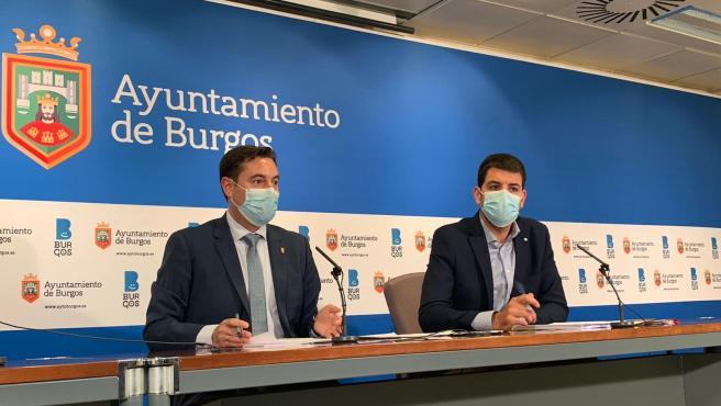 El alcalde de Burgos, Daniel De la Rosa, (i), junto al concejal de Hacienda, David Jurado.