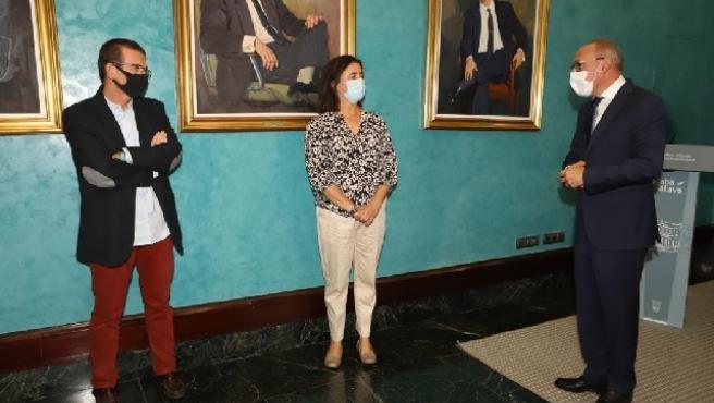 El diputado general conversa con los representantes de 'Giltza' y 'Vallados Virtuales', que han logrado el Premio FISA