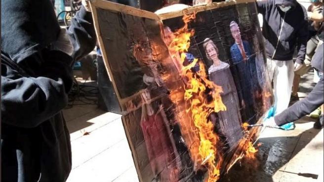 Juventudes de Arran queman una foto dela familia real.