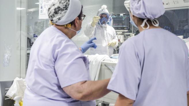 ROBER SOLSONA…202000424….VALENCIA….REPORTAJE EN EL HOSPITAL ARNAU DE VILANOVA DEL COVID-19. SANITARIOS ATIENDEN EN LA UCI A UN PACIENTE COVID-19.