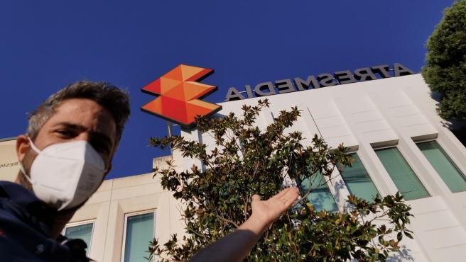 Roberto Leal, frente a las instalaciones de Atresmedia.
