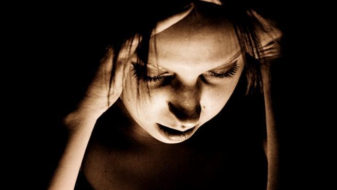 Una mujer, aquejada de migraña