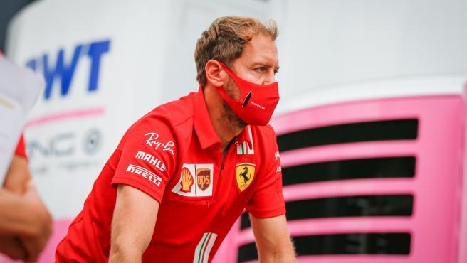 Sebastian Vettel pasa por delante del motorhome de Racing Point