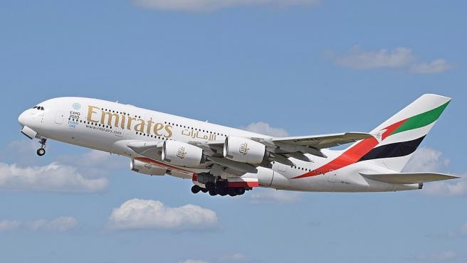 Imagen de un avión de la compañía Emirates en pleno despegue.