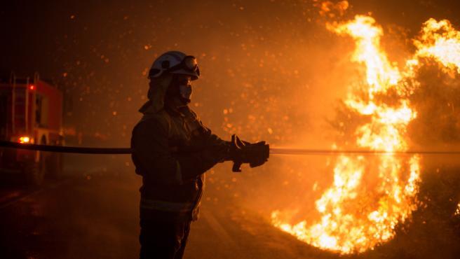 Imagen de los trabajos de extinción del fuego en Ourense.