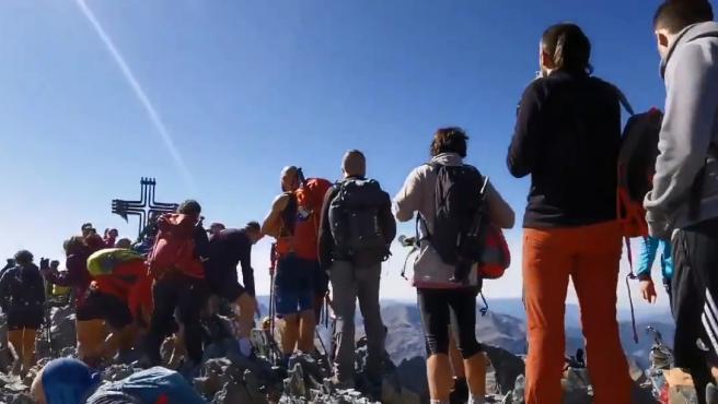 Colas de excursionistas en la Pica d'Estats, en el Alto Pirineo.