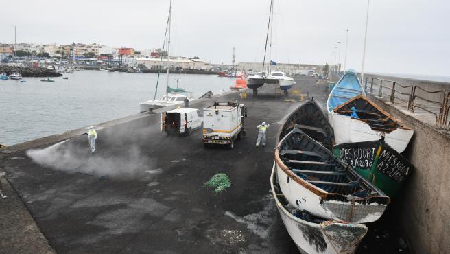 El Ayuntamiento desinfecta el Muelle el Arguineguín el pasado mes de mayo