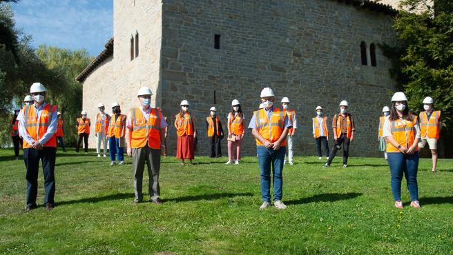 El vicepresidente segundo, José María Aierdi, junto al arquitecto, Patxi Mangado, el director gerente de Nasuvinsa, Alberto Bayona, y alumnado de arquitectura que participa en el Campus Internacional Ultzama 2020.