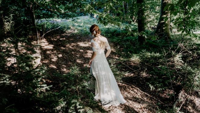 Imagen ilustrativa de una novia en el bosque.