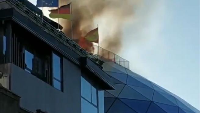 Las llamas asoman por la cúpula del edificio.