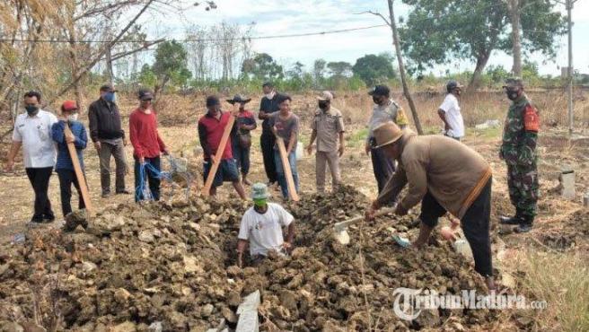 Los ocho ciudadanos penalizados a cavar una tumba por no llevar mascarillas.