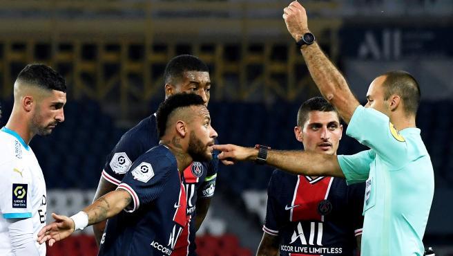 Neymar protesta una acción al árbitro